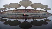 Refleksi pebalap Red Bull asal Australia, Daniel Ricciardo dan Sirkuit Shanghai pada sesi latihan bebas F1 GP China di Shanghai, (7/4/2017). (AFP/Johannes Eisele)