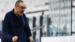 1. Maurizio Sarri (Juventus) - Mantan pelatih Chelsea ini harus merasakan pahitnya dipecat usai membawa Juventus Juara Serie A 2019-2020. Sarri dicopot dari jabatannya usai Nyonya Tua tersingkir di babak 16 besar Liga Champions. (AFP/Marco Bertorello)
