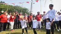 Jan Ethes, cucu Presiden Jokowi, diam saja saat dibujuk ikut lomba makan kerupuk di Istana Bogor. (dok. Sekretariat Kabinet/Dinny Mutiah)