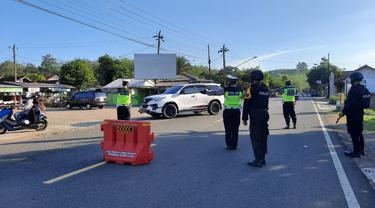 Polres Cilacap memperketat posko penyekatan di perbatasan Jateng-Jabar. Ratusan kendaraan dipaksa putar balik. (Foto: Liputan6.com/Haryadi)
