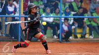 Pesoffball putri DKI Jakarta, Sarah Adipayanti memukul bola saat laga melawan Papua di penyisihan PON XIX di Lapangan Softball UPI, Bandung, Sabtu (24/6). DKI Jakarta menang 16-0 atas Papua. (Liputan6.com/Helmi Fithriansyah)