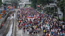 Ribuan orang memadati jalan MH Thamrin Jakarta saat Hari Bebas Kendaraan Bermotor (HBKB) terakhir di tahun 2014, Jakarta, Minggu (28/12/2014). (Liputan6.com/Faizal Fanani)