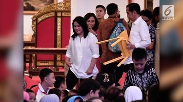 Presiden Jokowi mengundang ratusan anak ke Istana Negara untuk bersama-sama menyaksikan film Kulari ke Pantai. Uniknya, Presiden mengangkat kursinya sendir di tengah kerumunan anak-anak.