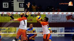 Pemain Jakarta BNI 46 Yokbeth hanya terpaku setelah smesh keras pemain Jakarta Popsivo PGN mampu menembus blokingnya (Liputan6.com/Helmi Fithriansyah)