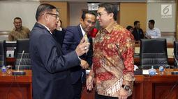 Wakil Ketua DPR Fadli Zon (kanan) berbincang dengan anggota Komisi I DPR Asril Hamzah (kiri) usai pergantian pimpinan DPR, Jakarta, Rabu (4/4). Pimpinan DPR melantik Satya Widya Yudha sebagai Wakil Ketua Komisi I DPR. (Liputan6.com/Johan Tallo)