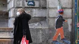 Seorang perempuan berjalan melewati Lapangan Saint-Michel di Paris, Prancis, pada 16 November 2020. Sejak awal epidemi, jumlah kematian COVID-19 mencapai 45.054 orang. Sementara, total 1.991.233 kasus penularan telah tercatat usai 9.406 kasus baru dilaporkan dalam 24 jam terakhir. (Xinhua/Gao Jing)