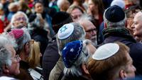 Para pria Yahudi mengenakan penutup kepala tradisional mereka, kippah (AFP/Carsten Koall)