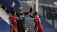 Alisson Becker berselebrasi dengan rekan setimnya usai mencetak gol kedua Liverpool ke gawang West Bromwich Albion dalam lanjutan Liga Inggris di Stadion The Hawthorns. (AP Photo/Rui Vieira, Pool)