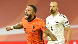 Pemain Belanda, Memphis Depay, melakukan selebrasi usai mencetak gol ke gawang Bosnia and Herzegovina pada laga UEFA Nations League di Johan Cruyff ArenA, Senin (16/11/2020). Belanda menang dengan skor 3-1. (John Thys/Pool via AP)