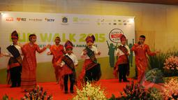 Aksi sejumlah penyandang autis saat menampilkan tari tradisional dalam acara Fun Walk for Autism 2015 yang mengusung tema 'Autism Is NOT A Joke' di Balaikota DKI Jakarta, Minggu (29/3/2015). (Liputan6.com/Herman Zakharia)