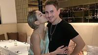 Jorge Lorenzo Dicium Nikita Mirzani saat Liburan di Bali (Instagram)