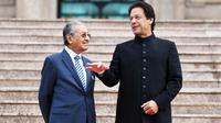 Perdana Menteri Mahathir Mohamad (kiri) bertemu Perdana Menteri Pakistan Imran Khan (kanan) di Kuala Lumpur (AFP)
