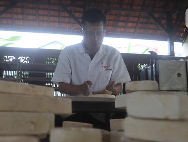 FOTO: Mengintip Pembuatan Keramik Hias Aneka Bentuk di Depok