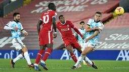 Gelandang Liverpool, Georginio Wijnaldum, melepaskan tendangan yang berbuah gol kedua Liverpool ke gawang Wolverhampton dalam laga lanjutan Liga Inggris 2020/21 pekan ke-11 di Anfield Stadium, Minggu (6/12/2020). Liverpool menang 4-0 atas Wolverhampton. (Pool via AFP/Peter Powell)
