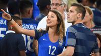 Pemain Prancis, Morgan Schneiderlin saat berbincang dengan kekasihnya Camille Sold usai timnya menang atas Jerman 2-0 pada semi-final piala Eropa 2016 di Stade Velodrome, Marseille (7/7/2016). (AFP/Franck Fife)