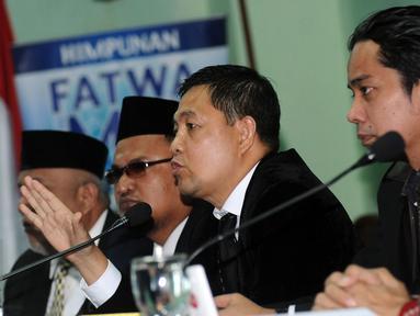 Koordinator Tim Advokasi Pandangan dan Sikap Keagamaan MUI, Ahmad Yani (ketiga kiri) memberi keterangan usai menggelar pertemuan di Jakarta, Senin (14/11). Pertemuan untuk merumuskan pandangan dalam membantu fatwa MUI. (Liputan6.com/Helmi Fithriansyah)
