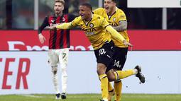 Bek Udinese, Rodrigo Becão (50) melakukan selebrasi usai mencetak gol ke gawang AC Milan pada pertandingan Liga Serie A Italia di stadion San Siro, di Milan, Italia, Kamis (4/3/ 2021). Dengan hasil ini, AC Milan tetap berada di posisi kedua dengan 53 poin dari 25 laga. (AP Photo/Antonio Calanni)