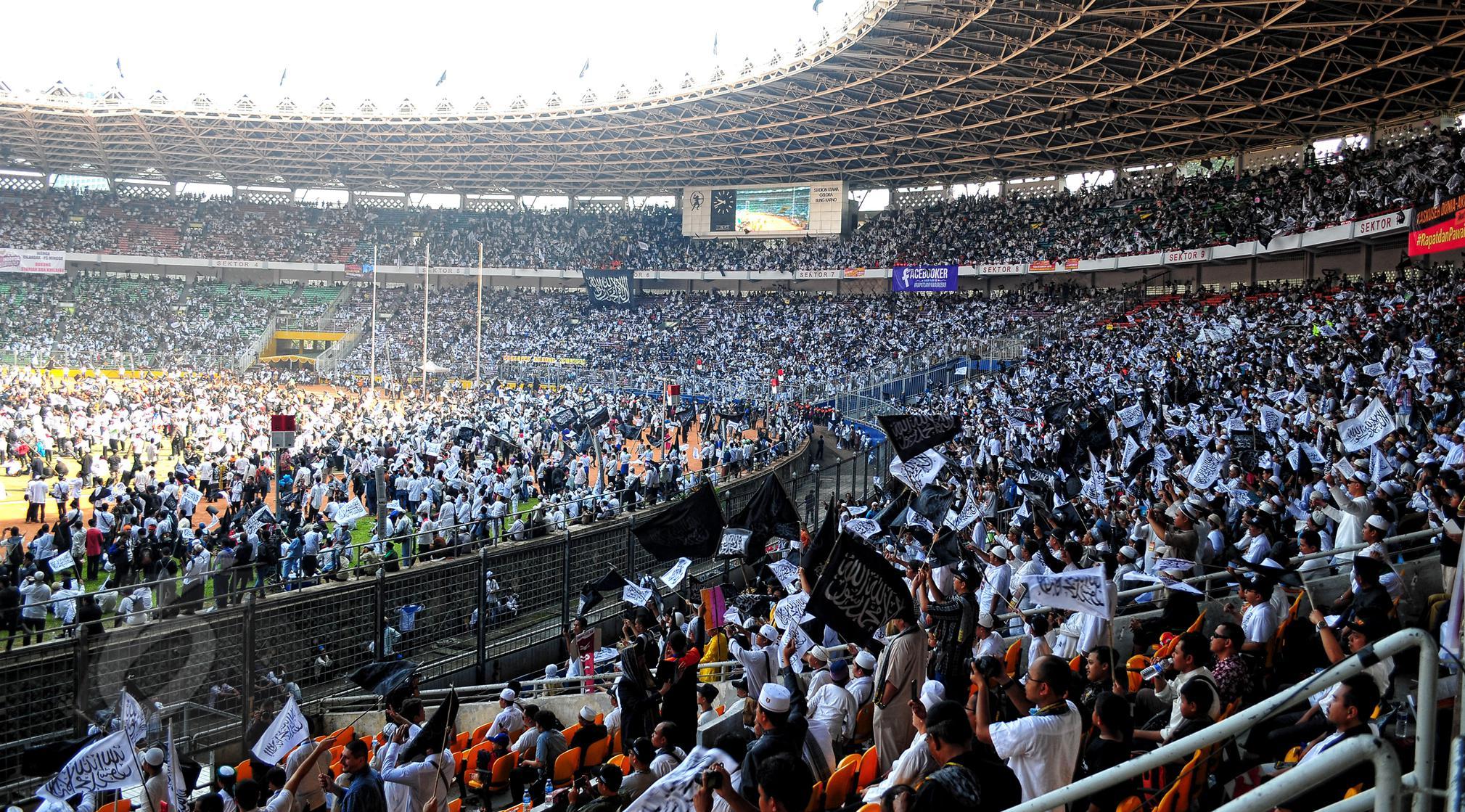 """Ribuan jamaah Hizbut Tahrir Indonesia (HTI) yang didominasi pakaian berwarna putih itu menghadiri Rapat dan Pawai Akbar (RPA) 2015 bertema """"Bersama Umat Tegakkan Khilafah"""" di Stadion Gelora Bung Karno, Jakarta, Sabtu (30/5). (Liputan6.com/Yoppy Renato)"""