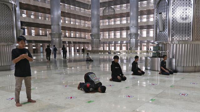 Umat Muslim menunaikan salat zuhur di Masjid Istiqlal, Jakarta, Sabtu (10/4/2021). Masjid Istiqlal akan membuka salat tarawih berjemaah saat Ramadan dengan membatasi jumlah jemaah hanya 2.000 orang dari kapasitas 250 ribu dan memperhatikan protokol kesehatan Covid-19. (Liputan6.com/Herman Zakharia)