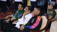 Presiden RI, Joko Widodo (tengah) bersama Menpora Imam Nahrawi dan Ketua INAPGOC, Raja Sapta Oktohari menyaksikan laga atlet para powerlifting di kelas Womens Up 73 dan 79kg Asian Para Games 2018 di Jakarta, Rabu (10/10). (Liputan6.com/Helmi Fithriansyah)