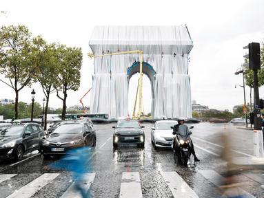 Pemandangan Arc de Triomphe di Paris yang dibungkus, pada Selasa (14/9/2021). Monumen bersejarah Paris Arc de Triomphe ditutup plastik daur ulang, sebagai seni instalasi karya seniman Christo dan Jeanne-Claude yang dipamerkan September hingga Oktober 2021. (AP Photo/Thibault Camus)
