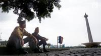 Dalijan (77) dan Kawit (94) mendapat kesempatan untuk memenuhi keinginannya saat berkunjung ke Monumen Nasional, Jakarta, Jumat (10/11). Apresiasi ini sebagai bentuk penghargaan kepada para veteran pada peringatan Hari Pahlawan. (Liputan6.com/Riki)