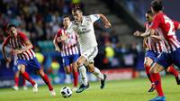 Gelandang Real Madrid, Gareth Bale menggiring bola dari kejaran pemain Atletico Madrid pada final Piala Super Eropa di Lillekula Stadium di Tallinn, Estonia, (15/8). Real Madrid kalah 4-2 atas Atletico. (AP Photo/Pavel Golovkin)