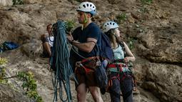 Peserta menyiapkan tali saat berpartisipasi dalam Festival Mendaki tahunan 2019 di pulau Kalymnos (4/10/2019). Festival ini telah menarik sekitar 400 pendaki olahraga dari seluruh dunia. (AFP Photo/Aris Messinis)