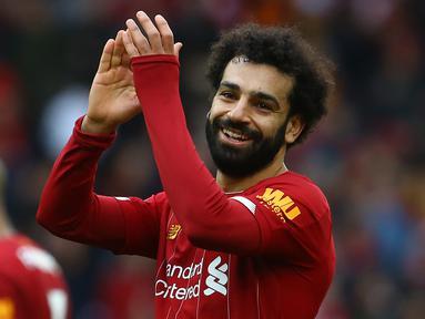 Gelandang Liverpool, Mohamed Salah, merayakan kemenangan timnya saat melawan Bournemouth pada laga lanjutan Premier League 2019-2020 di Anfield, Liverpool, Sabtu (7/3) malam WIB. Liverpool menang 2-1 atas Bournemouth. (AFP/Geoff Caddick)