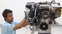 Pekerja merakit bagian mesin Mercedes-Benz GLC di Pabrik Wanaherang, Bogor, Jawa Barat, Selasa (24/5). Mobil ini merupakan model keenam Mercy yang bertatus completely knocked down (CKD). (Liputan6.com/Immanuel Antonius)