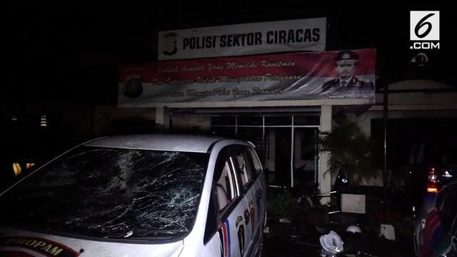 Kapolda Metro Jaya dan Pangdam Jaya mendatangi Polsek Ciracas yang dibakar massa dini hari tadi.