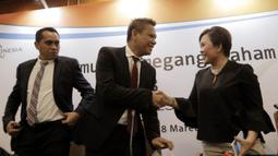 Direktur Programing SCM, Harsiwi Achmad dan CEO PT Liga Indonesia Baru (LIB), Berlinton Siahaan, saat jumpa pers di Hotel Sultan, Jakarta, Kamis (8/3/2018). Emtek resmi memegang hak siar Liga 1 Indonesia 2018. (Bola.com/M Iqbal Ichsan)