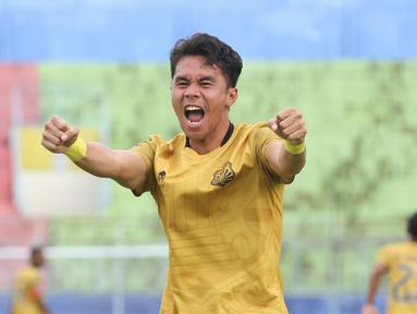Ekspresi pemain Bhayangkara Solo FC, Alsan Putra Masat Sanda, setelah mencetak gol ke gawang Borneo FC Samarinda, dalam pertandingan Babak Penyisihan Piala Menpora 2021 di Stadion Kanjuruhan, Malang. Senin (22/3/2021). (Bola.com/Arief Bagus)