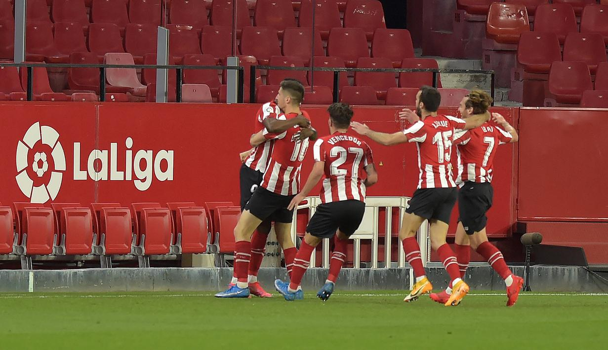 Penyerang Athletic Bilbao, Inaki Williams (kiri) berselebrasi bersama rekan satu timnya setelah mencetak gol ke gawang Sevilla pada pertandingan lanjutan La Liga Spanyol di stadion Ramon Sanchez Pizjuan di Seville, Selasa (4/5/2021). Atletico Bilbao menang atas Sevilla 1-0. (AFP/Cristina Quicler)