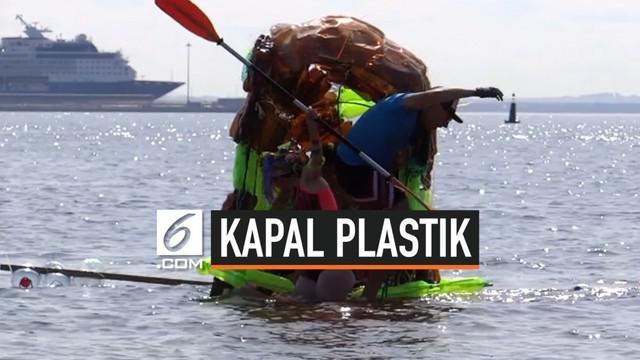 Sekelompok pengunjung pantai membuat kapal terbuat dari botol plastik. Kapal itu berlayar di depanjang teluk Finlandia, Rusia.