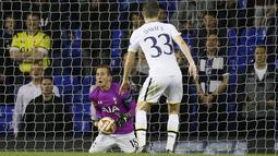 Kartu merah yang diterima kiper Tottenham saat menghadapi menghadapi Asteras Tripolis, membuat Harry Kane berubah posisi menjadi kiper. Tugas pertamanya, menerima tembakan bebas lawan. (Foto: AP/Kirsty Wigglesworth)