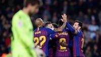 Penyerang Barcelona, Dembele bersama rekan setimnya merayakan gol ke gawang Levante pada leg kedua babak 16 besar Copa del Rey di Stadion Camp Nou, Kamis (17/1). Barcelona berhasil lolos ke perempat final setelah membantai Levante 3-0. (AP/Manu Fernandez)