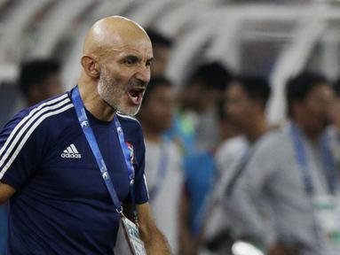 Pelatih Uni Emirat Arab (UEA), Ludovic Batelli, memberikan arahan kepada anak asuhnya saat melawan Indonesia pada laga AFC di SUGBK, Jakarta, Rabu (24/10/2018). Indonesia menang 1-0 atas UEA. (Bola.com/M Iqbal Ichsan)