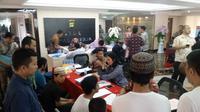 Penyidik Polda Metro Jaya menyerahkan tersangka dan barang bukti kasus kerusuhan dan pengerusakan pada aksi 21-22 Mei, ke Kejaksaan Tinggi (Kejati) DKI Jakarta. (Merdeka/Ronald)