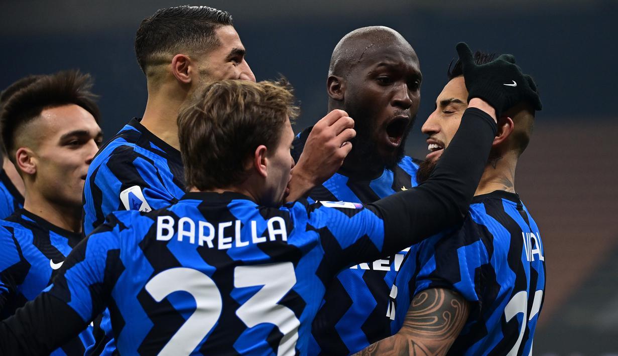 Para pemain Inter Milan merayakan gol pertama yang dibuat gelandang Arturo Vidal (kanan) ke gawang Juventus dalam laga lanjutan Liga Italia Serie A 2020/21 pekan ke-18 di San Siro Stadium, Minggu (17/1/2021). Inter Milan menang 2-0 atas Juventus. (AFP/Miguel Medina)