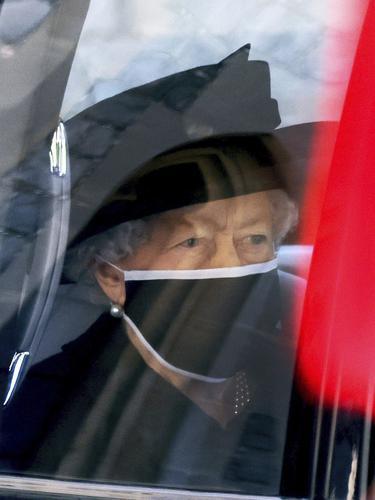 Ratu Elizabeth II dalam pemakaman Pangeran Philip. (Johnathan Buckmaster/Pool via AP)