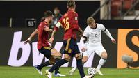 Penyerang Jerman, Timo Werner, berebut bola dengan bek Spanyol, Sergio Ramos, pada laga Nation League di Mercedes-Benz Arena, Berlin, Jumat (4/9/2020) dini hari WIB. Jerman bermain imbang 1-1 atas Spanyol. (AFP/Thomas Kienzle)
