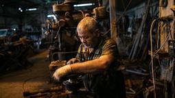 Seorang pekerja membuat senjata di sebuah pabrik di Misrata, Libya (11/2/2020). Para pekerja tersebut merakit senjata untuk pasukan garis depan Tripoli yang setia kepada Pemerintah Kesepakatan Nasional (Government of National Accord/GNA) Libya yang diakui PBB. (Xinhua/Amru Salahuddien)