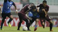 Gelandang PSM Makassar, M Arfan dan Guy Junior berebut bola dengan pemain Home United, Muhammad Hami Syahin, pada laga Piala AFC 2019 di Stadion Pakansari, Jawa Barat, Selasa (30/4). PSM menang 3-2 atas Home United. (Bola.com/Yoppy Renato)