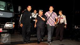 Panitera PTUN Medan Yusril Sofian (tengah) digiring masuk ke dalam Gedung KPK, Jakarta, Jumat (10/7). Dalam operasi tangkap tangan di Medan, KPK menangkap 5 orang terkait kasus dugaan suap kasus yang ditangani PTUN Medan. (Liputan6.com/Helmi Afandi)