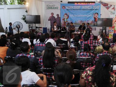 Suasana workshop di Rumah Lembang, Jakarta, Jumat (13/1). Relawan pendukung pasangan calon gubernur DKI Jakarta nomer 2 Ahok-Djarot mengadakan kegiatan workshop dan nonton bareng debat KPUD untuk Cagub Cawagub Jakarta. (Liputan6.com/Gempur M Surya)