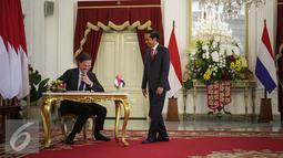 Presiden Joko Widodo berbincang dengan Perdana Menteri Kerajaan Belanda Mark Rutte saat kedatangannya di Istana Merdeka, Jakarta, Rabu (23/11). Pertemuan tersebut membahas sejumlah agenda di berbagai sektor. (Liputan6.com/Faizal Fanani)