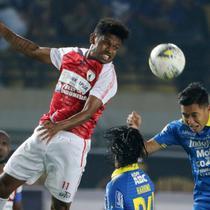 Gelandang Persib Bandung, Erwin Ramdani, duel udara dengan gelandang Persipura Jayapura, Imanuel Wanggai, pada laga Liga 1 2019 di Stadion Si Jalak Harupat, Bandung, Sabtu (18/5). Persib menang 3-0 atas Persipura. (Bola.com/M. Iqbal Ichsan)