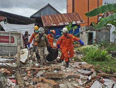Proses Pencarian Korban Gempa Mamuju di Reruntuhan
