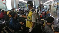Petugas medis mengecek kesehatan calon penumpang sebelum melakukan penerbangan di Terminal 3 Bandara Soekarno Hatta, Tangerang, Banten, Kamis (7/5/2020). Pemerintah melalui kementerian Perhubungan membuka kembali penerbangan domestik. (Liputan6.com/Herman Zakharia)